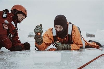 Alarm, tonący pod lodem!