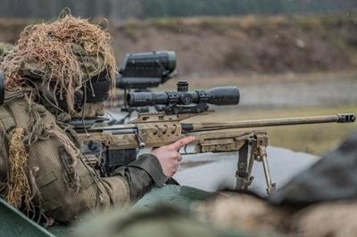 Żołnierze Żelaznej Dywizji biorą cel na muszkę