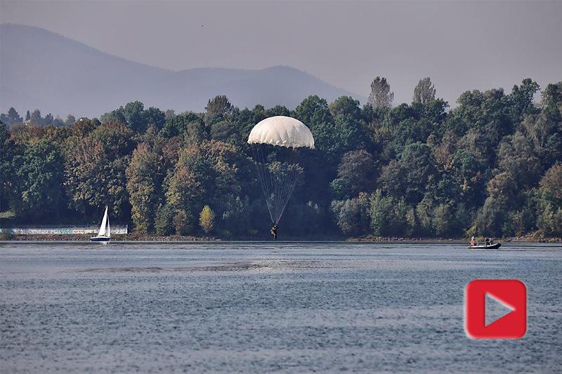 zdjęcie - Spadochroniarze lądują w wodzie