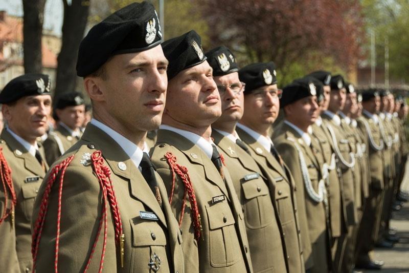 c3fa8b9013fe9 Wyjątkiem są stopnie oficerów młodszych marynarki wojennej, którzy na  mundurach mają paski i ...